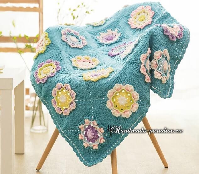 Colcha de crochê azul com flores