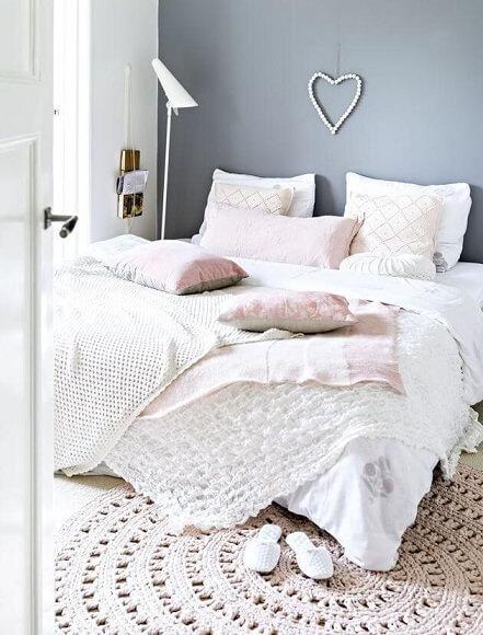 Colcha de crochê branca em quarto claro