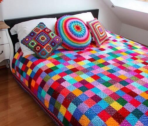 Colcha de crochê colorida com quadrados