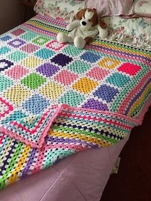 Colcha de crochê colorida em quarto infantil