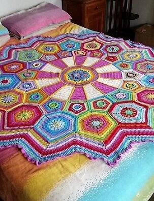 Colcha de crochê colorida pequena
