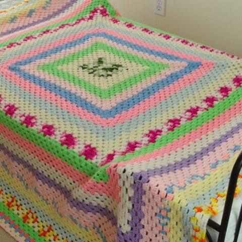 Colcha de crochê com cores vibrantes