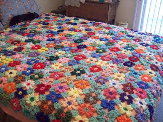 Colcha de crochê com flores coloridas