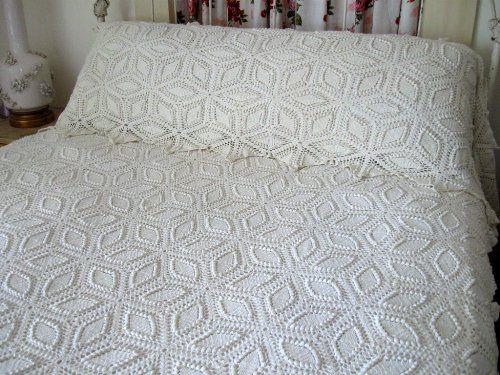 Colcha de crochê com padrão de folhas