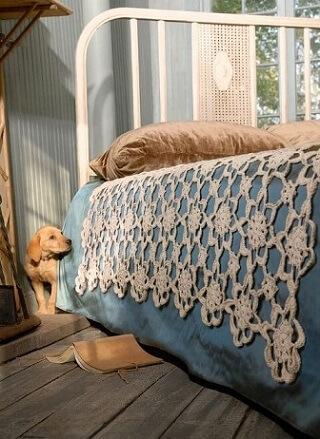 Colcha de crochê com padrões de flores