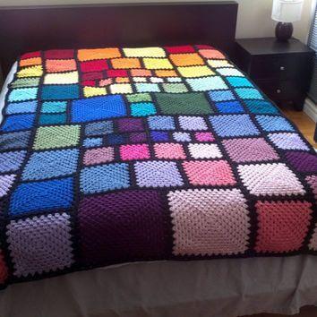Colcha de crochê com quadrados coloridos
