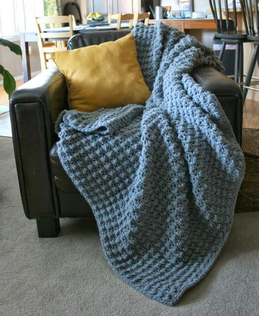Colcha de crochê na sala de estar