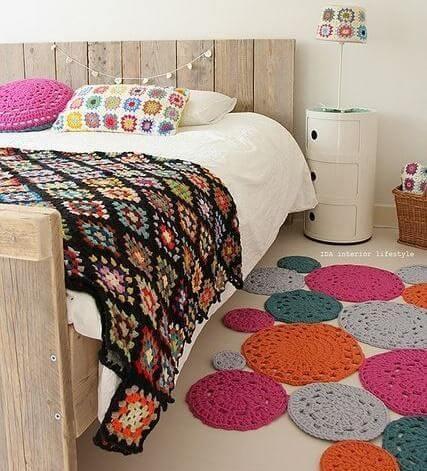 Colcha de crochê preto com cores