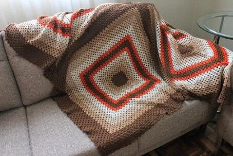 Colcha de crochê sobre sofá