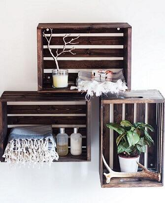 Como fazer nichos com caixotes de feira na parede