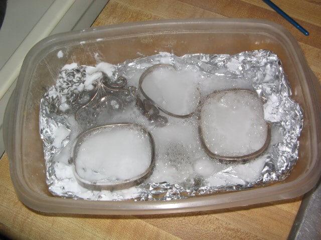 Como limpar prata com papel de alumínio e sal