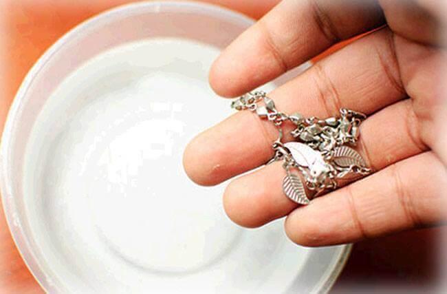 Como limpar prata com sabão de coco