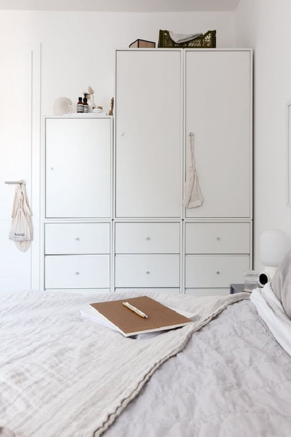 Decoração clean com guarda roupa modulado branco. Fonte: Pinterest