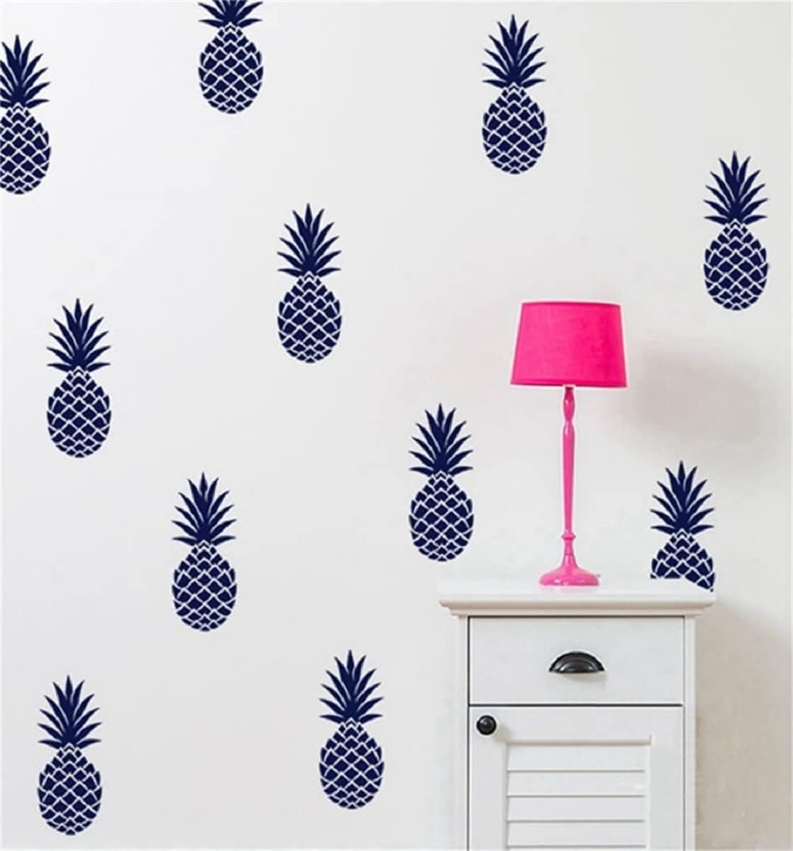 Decoração com abajur rosa e adesivo de parede com estampa de abacaxi