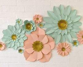 Decoração com flores de papel azul e rosa