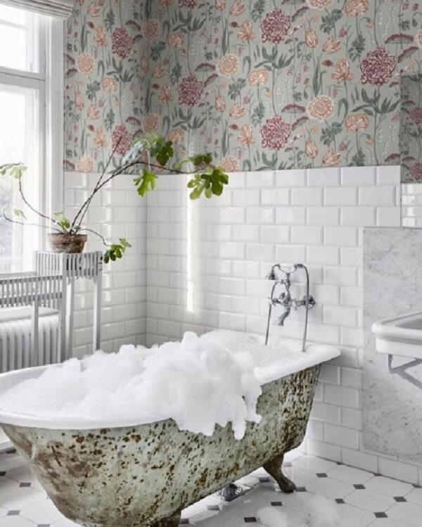 Decoração criativa com papel de parede floral e azulejo para banheiro metrô