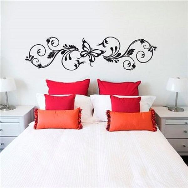 Decore a cabeceira da cama de casal com adesivos de parede para quarto. Fonte: Fran Adesivos