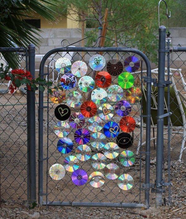 Decore o portão do quintal com pedaços de CD