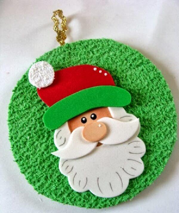 Enfeite de natal delicado criado por meio do artesanato com CD