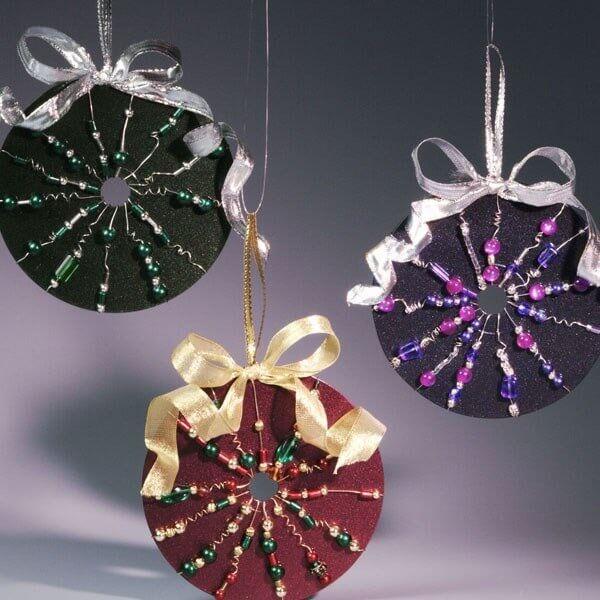 Enfeites natalinos com miçangas, fitas e artesanato com CD