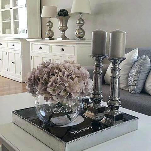 Enfeites para mesa de centro com livro, vaso de flores e velas