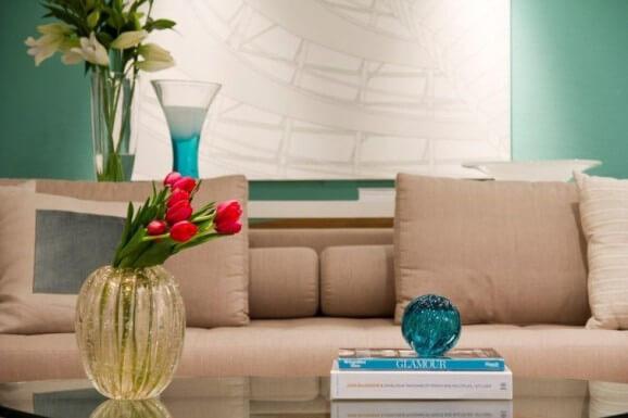 Enfeites para mesa de centro com livros e vaso de flores Projeto de Marilia Veiga