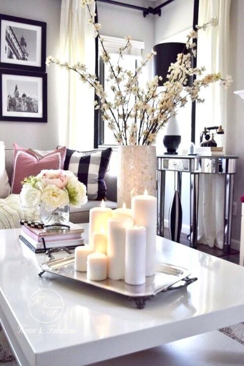 Enfeites para mesa de centro com livros, flores e velas