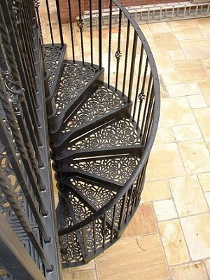 Escada de ferro com degrau trabalhado