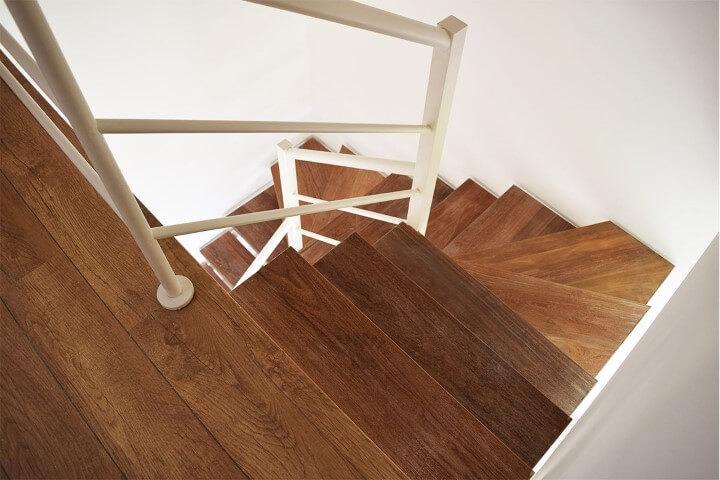 Escada de ferro com degraus de madeira Projeto de Escadas MV
