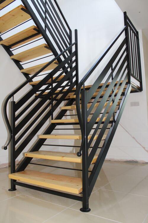 Escada de ferro com degraus de madeira