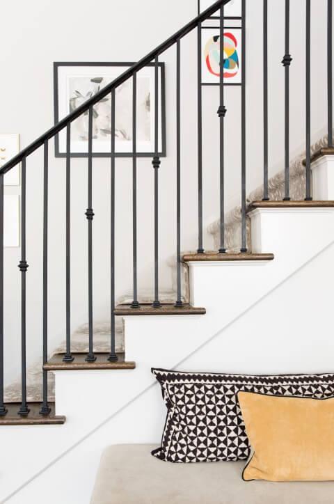 Escada de ferro com detalhe no guarda-corpo