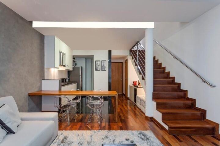 Escada de ferro e madeira Projeto de Laura Santos