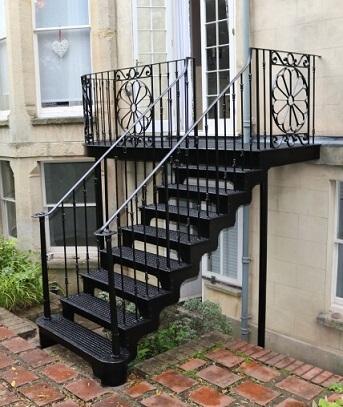 Escada de ferro em L