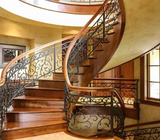 Escada de ferro em espiral grande