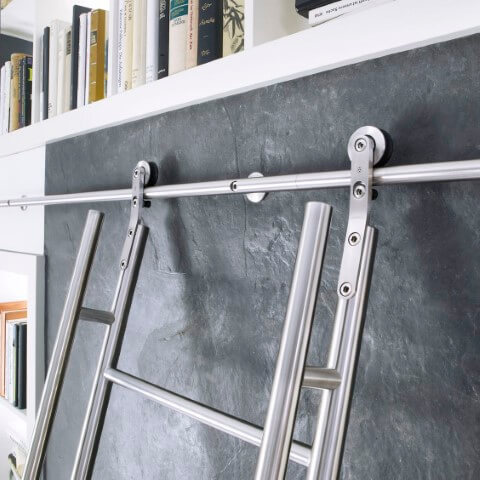 Escada de ferro para pegar livros na parede