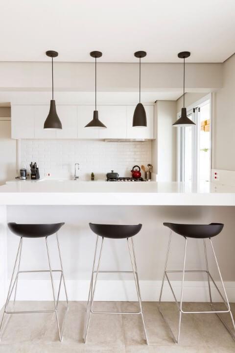 Feng Shui para cozinha americana branca com banquetas e pendentes pretos Projeto de GF Projetos