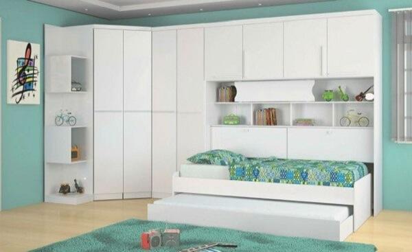 Guarda roupa de canto modulado no quarto infantil com bicama. Fonte: Pinterest