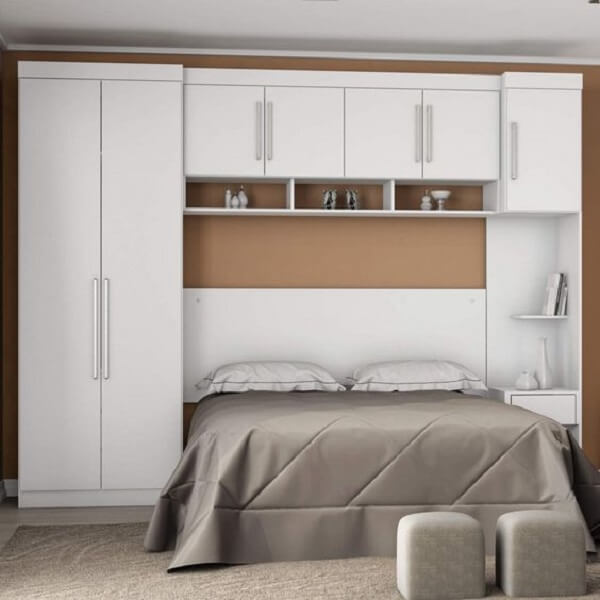 Guarda roupa modulado 7 portas com acabamento branco. Fonte: Madeira Madeira