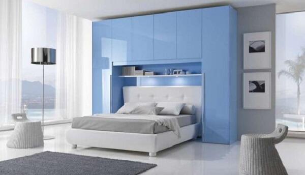 Guarda roupa modulado azul se destaca na decoração. Fonte: Pinterest