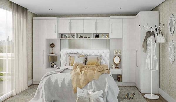 Guarda roupa modulado casal e cabeceira de capitonê branca. Fonte: Pinterest