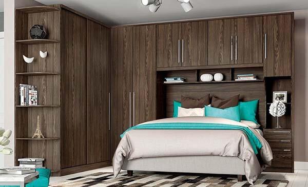 Guarda roupa modulado escuro em quarto de casal