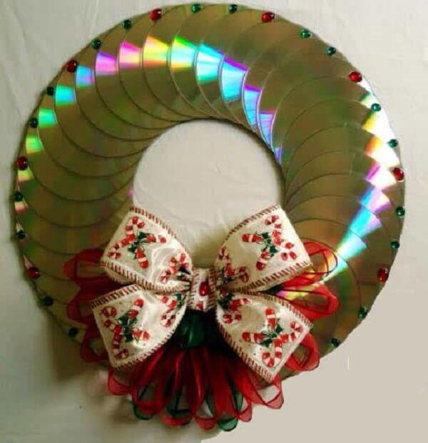 Guirlanda de natal feita com vários CDs antigos