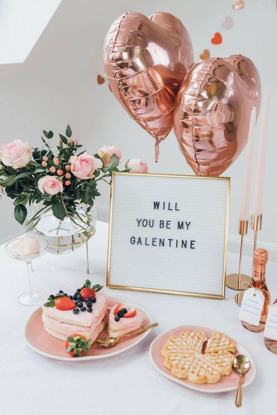 Jantar romântico com balões e enfeites rosa claro