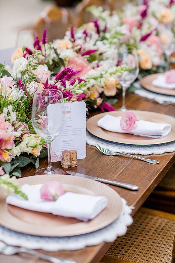 Jantar romântico com flores cor de rosa