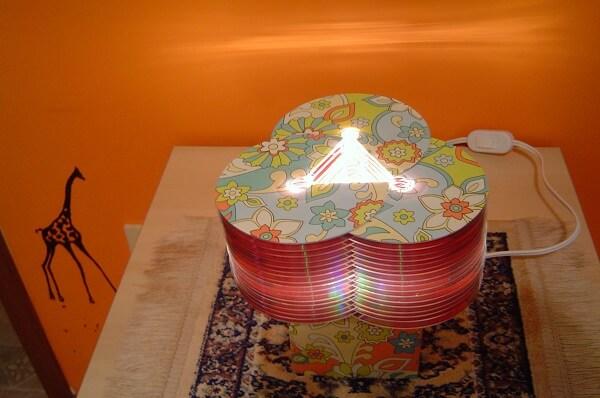 Luminária criativa feita com CDs