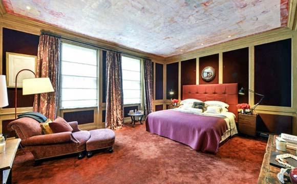 Mansão com tapete vermelho
