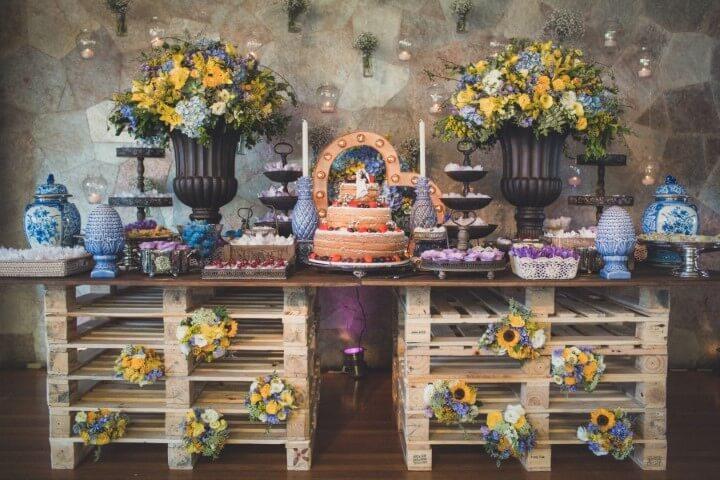 Mesa colorida para decoração de casamento rústico