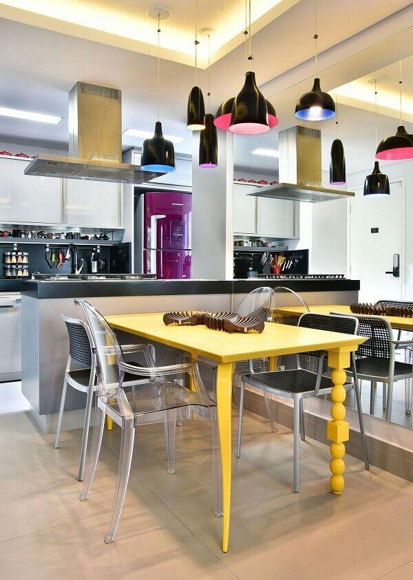 Mesa para sala de jantar amarela e pendente preto
