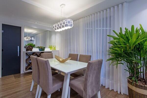 Mesa para sala de jantar branca com cadeiras marrom
