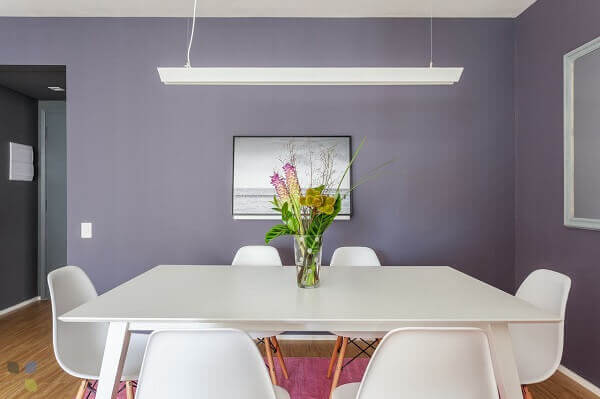 Mesa para sala de jantar branca com vasinho de flores